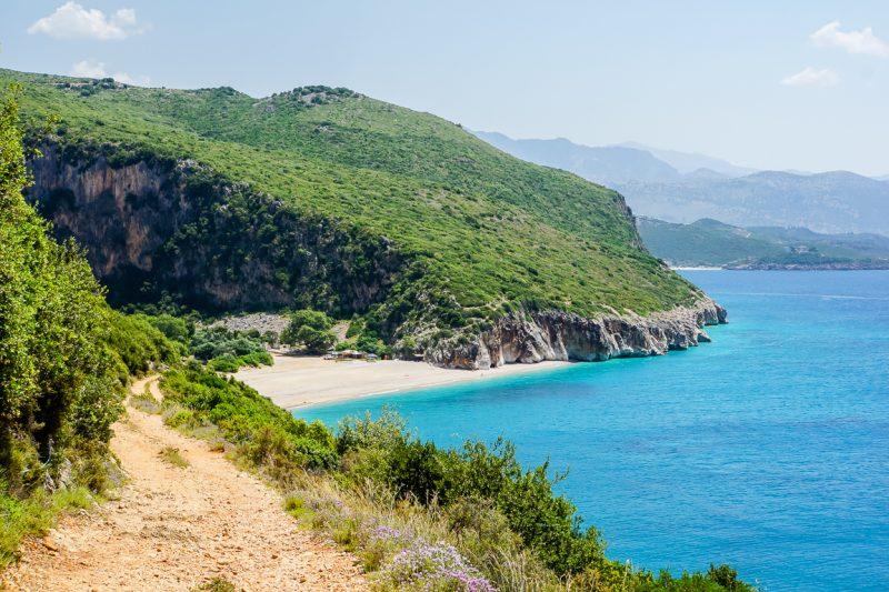 Uitzicht op het strand van Gjipe Beach in Albanië