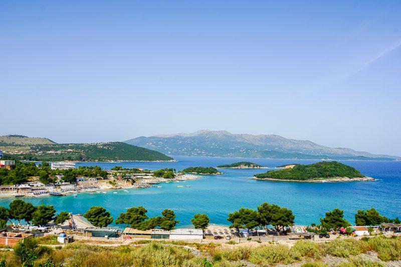 Uitzicht over Ksamil en haar stranden in Albanië