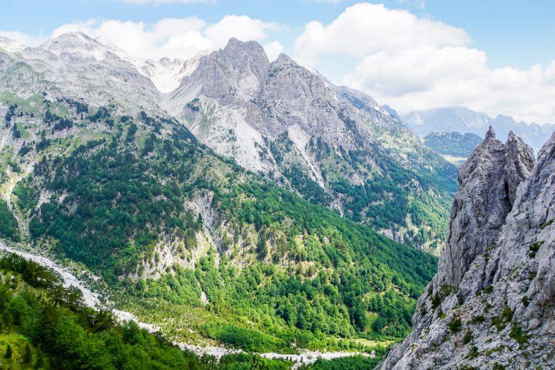Uitzicht vanaf de Valbonapas in de Albanese Alpen,Albanië