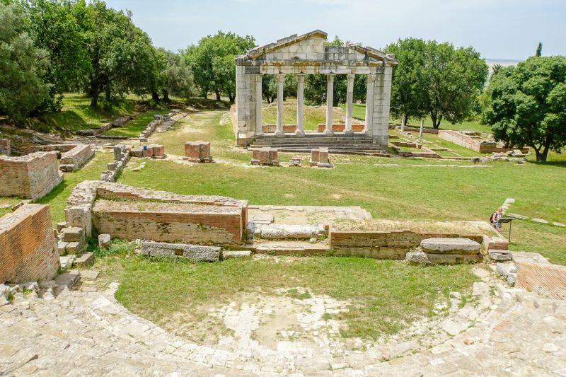 Zuilen en theater van bij Apollonia nabij Fieri in Albanië