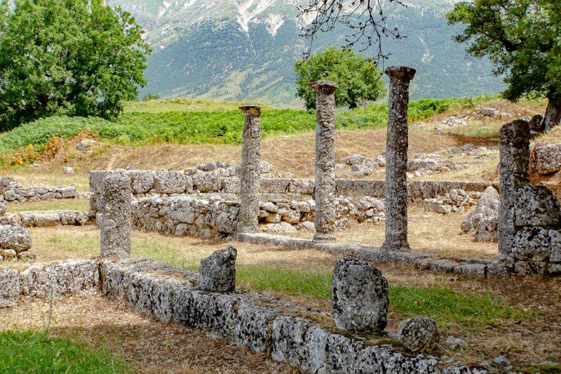 Zuilen in het Parku Arkeologjik Antigone in Antigonea, Albanië