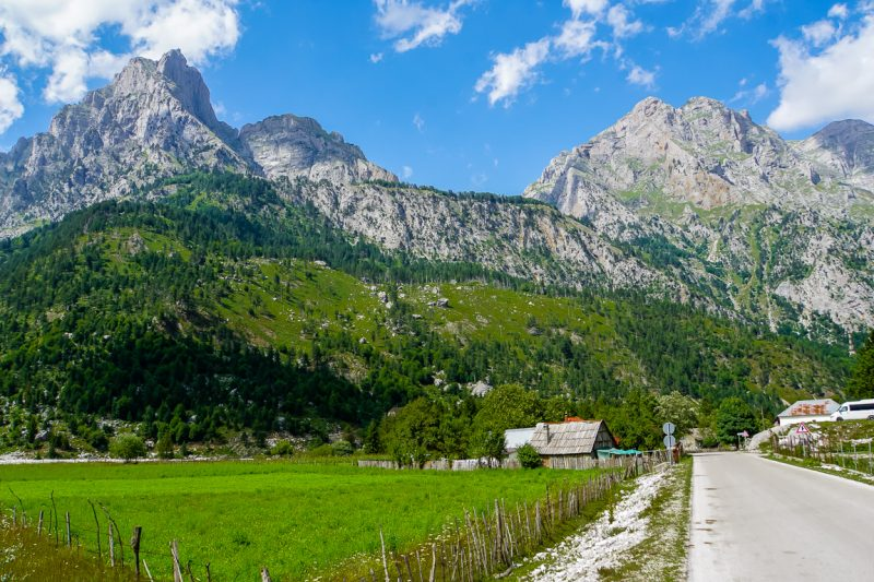 De Albanese Alpen vanuit het dorp Valbona, Albanië
