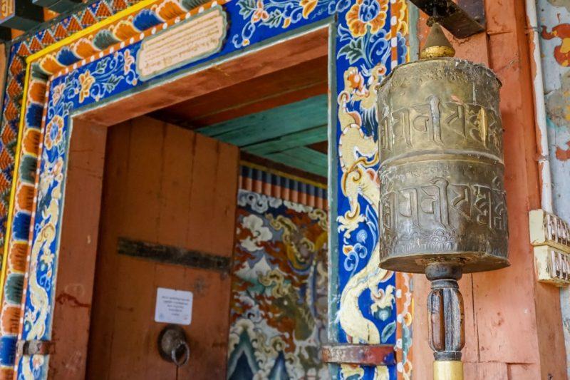 Gebedsmolen bij de ingang van Gangtey Goempa, Bhutan