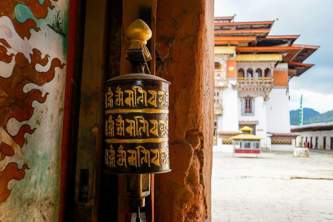 Gebedsmolen in de toegangspoort naar Gangtey Goempa, Bhutan