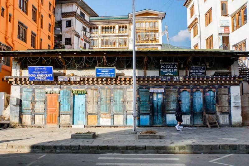 Gesloten winkels in de ochtend in Thimpu, Bhutan