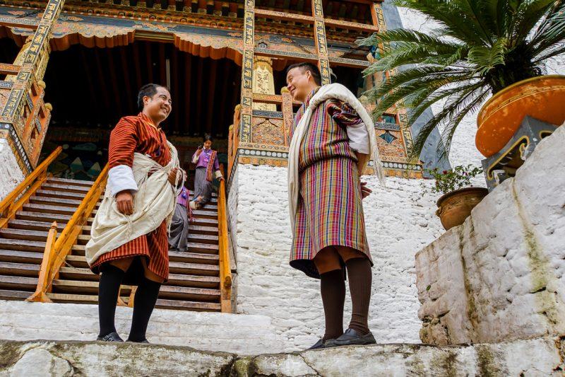 Gidsen bij de ingang van Punakha Dzong, Bhutan