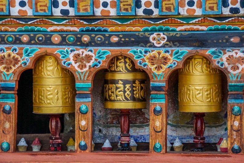 Kleurrijke gebedsmolens bij Kyichu Lhakhang in Paro, Bhutan