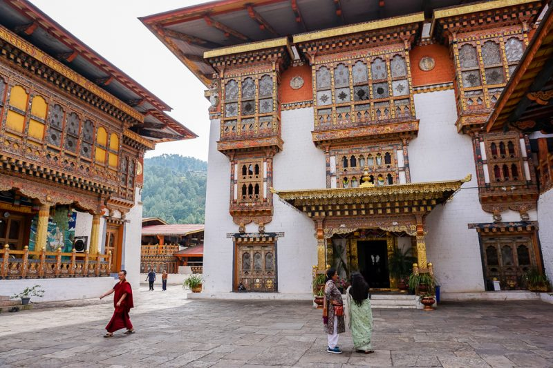 Mensen op een van de binnenplaatsen in Punakha Dzong, Bhutan