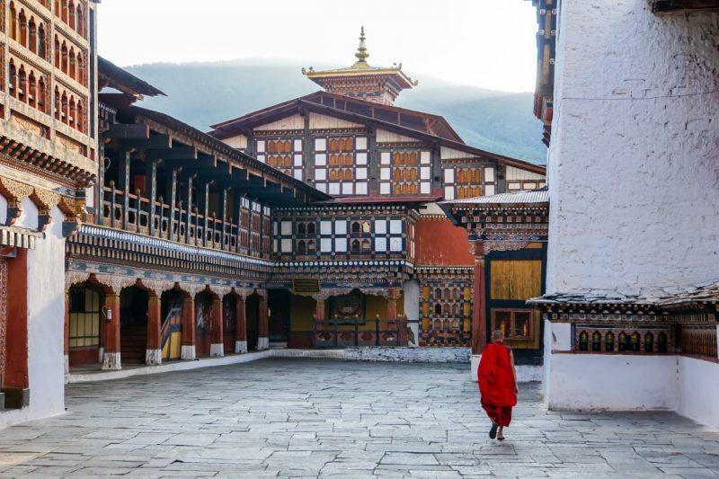 Monnik in de Paro Dzong, Bhutan
