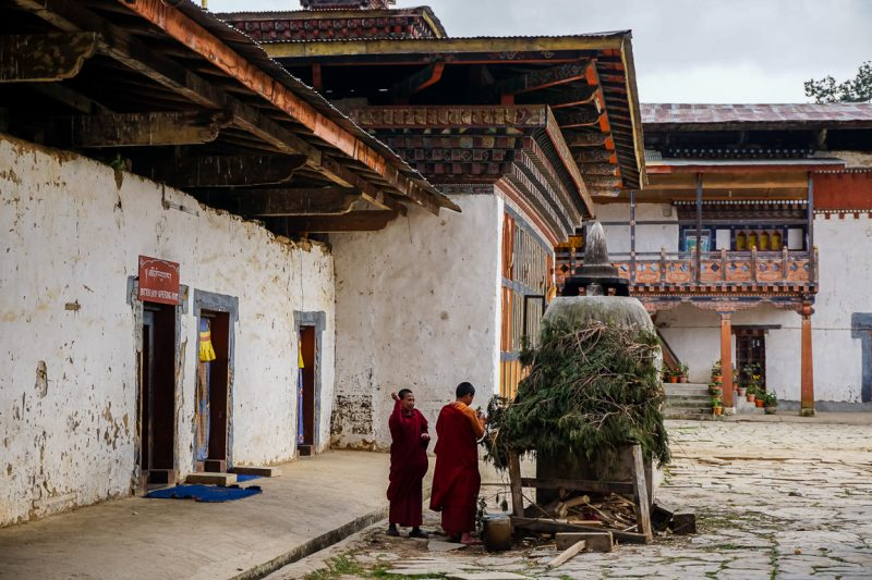 Monniken maken vuur bij de Gangtey Goempa, Bhutan