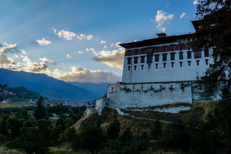 Paro Dzong bij ondergaande zon, Bhutan