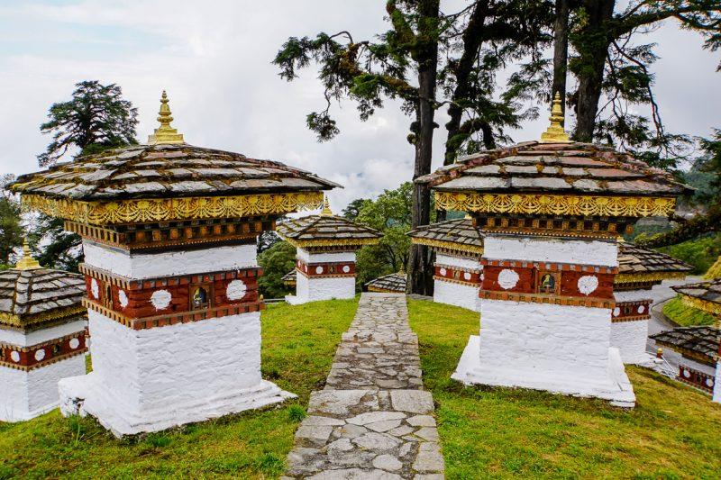 Twee stupas op de Druk Wangyal Khang Zhang Chortens, Bhutan