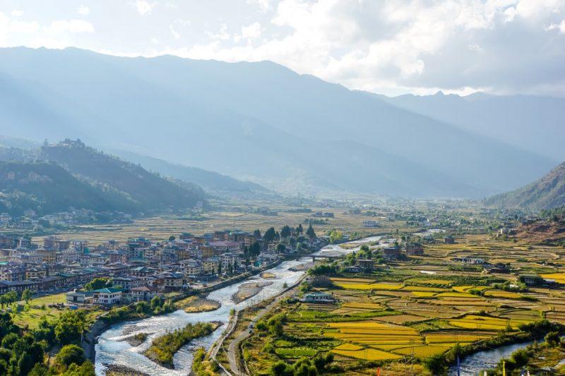 Uitzicht op de vallei vanaf Paro Dzong, Bhutan
