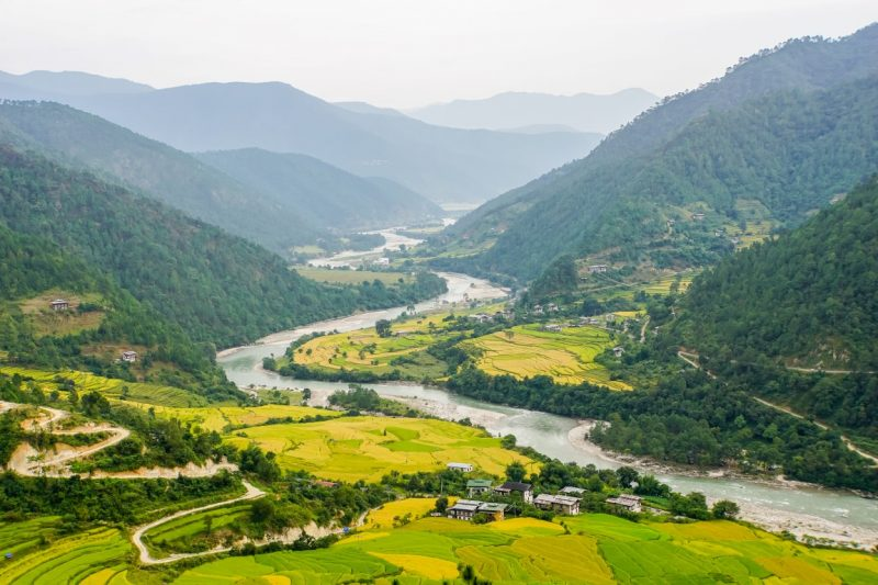 Uitzicht over de vallei vanaf Khamsum Yulley Namgyel Chorten, Bhutan