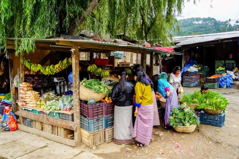 Vrouwen op de markt nabij Lobesa, Bhutan