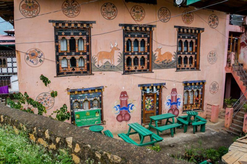 Vruchtbaarheidssymbolen op huizen nabij Lobesa, Bhutan