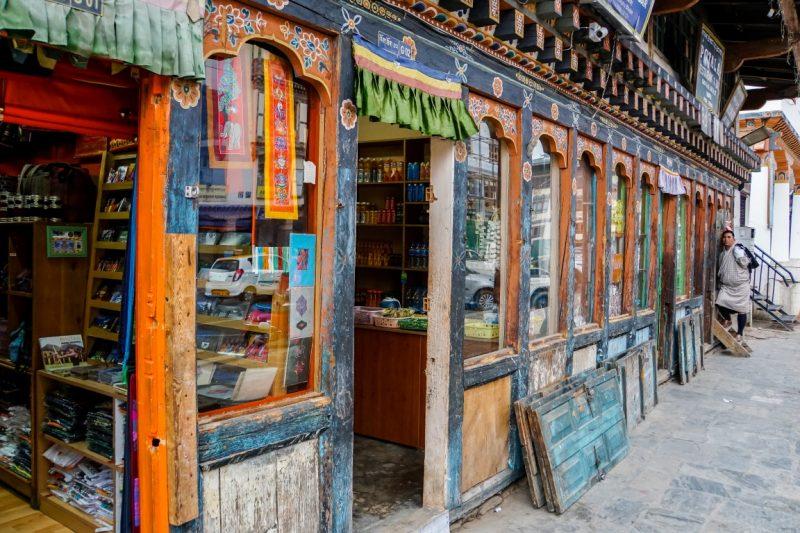 Winkeltjes in Thimpu in typische bouwstijl, Bhutan