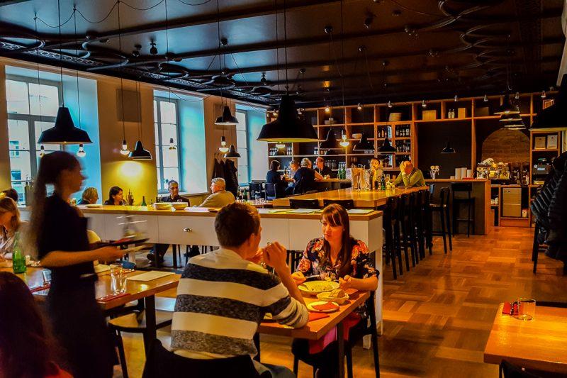 Binnen bij restaurant Kitchen in Vilnius, Litouwen