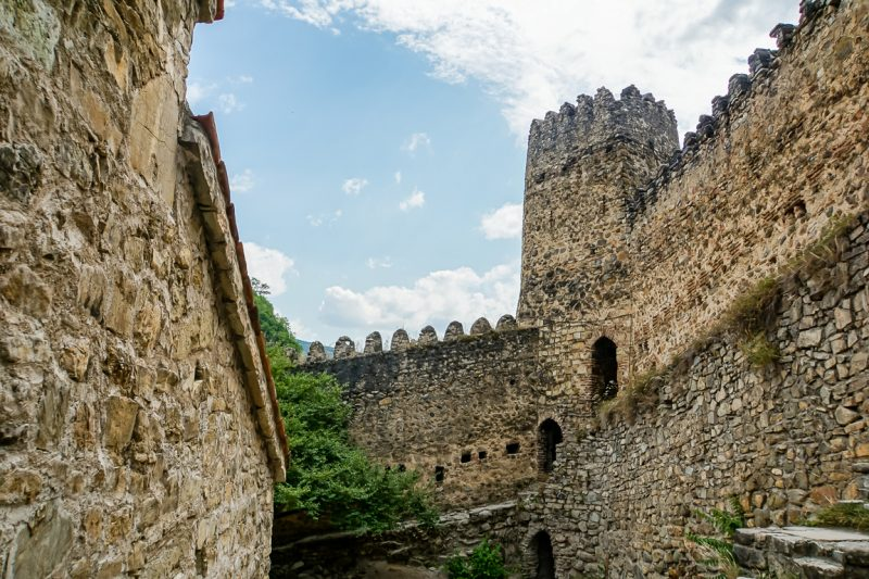 Buitenmuren van fort Ananuri aan de Georgian Military Highway, Georgië