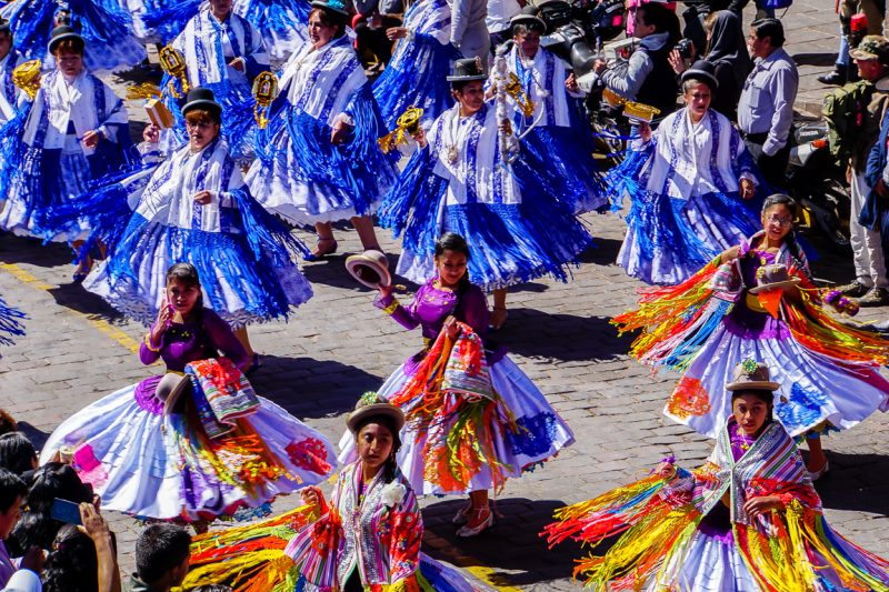 Dansen in optocht tijdens Inti Raymi in Cuzco, Peru