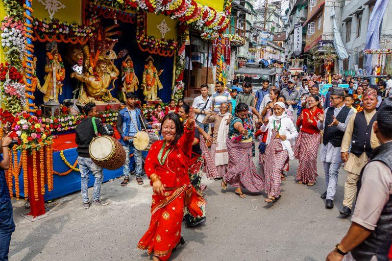 Dansende vrouw tijdens Durga Puja in Kalimpong, India