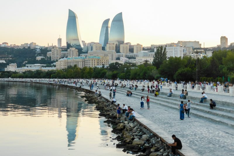 De Boulevard en Flame Towers in Baku, Azerbeidzjan