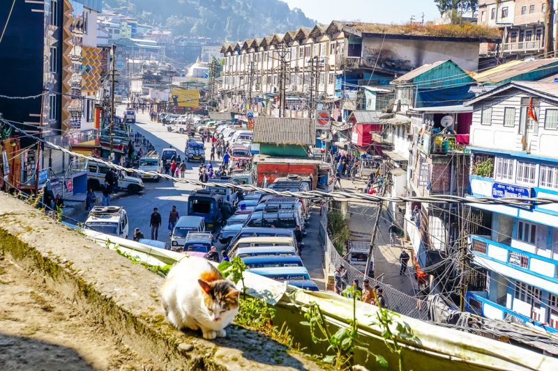De drukte op Hill Cart Road in Darjeeling, India