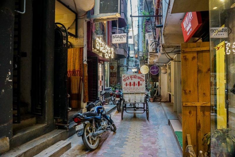 De smalle steegjes met boetiekjes in Hauz Khas in Delhi, India