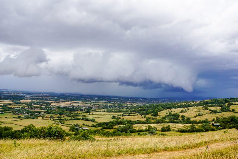 Donkere wolken boven Leckhampton Hill in Cotswolds