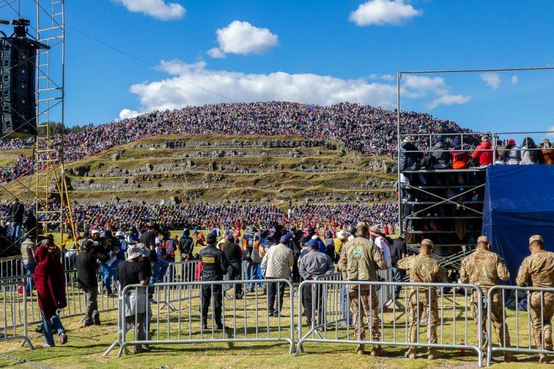Drukte bij Sacsayhuaman tijdens Inti Raymi in Cuzco, Peru