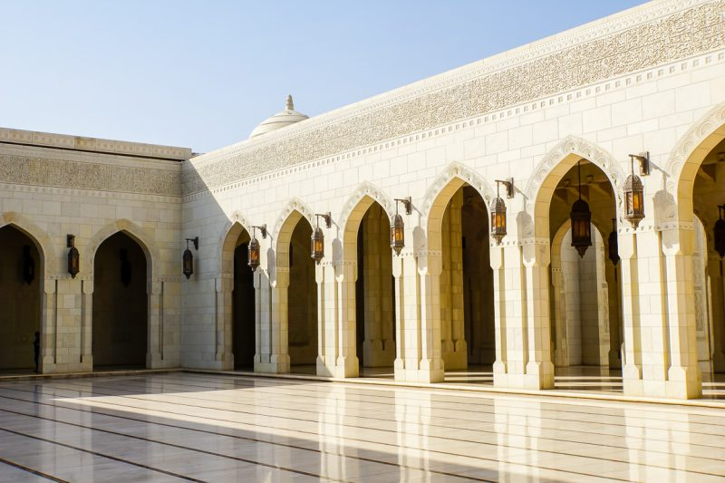 Een galerij in de Sultan Qaboos Grand Mosque in Muscat, Oman