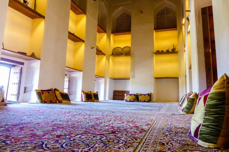 Een ingerichte kamer in het kasteel fort Jabrin in Oman