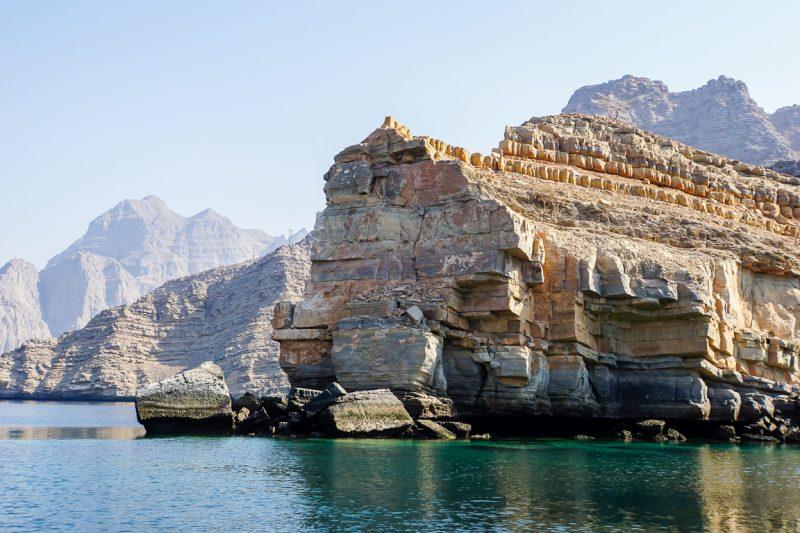 Een rotskust in Musandam, Oman