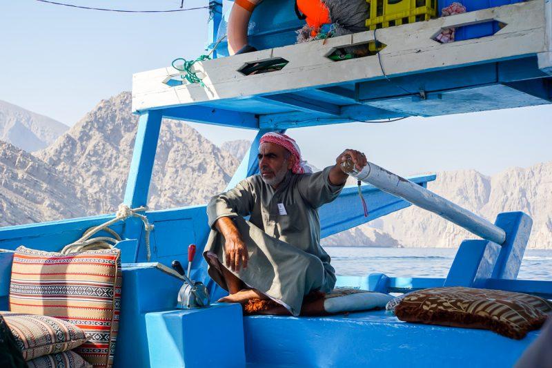 Een stuurman op een dhow in Musandam, Oman