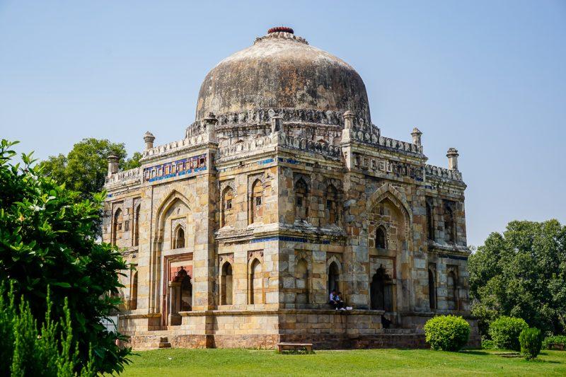 Een van de oude tombes in Lodi Gardens in Delhi, India
