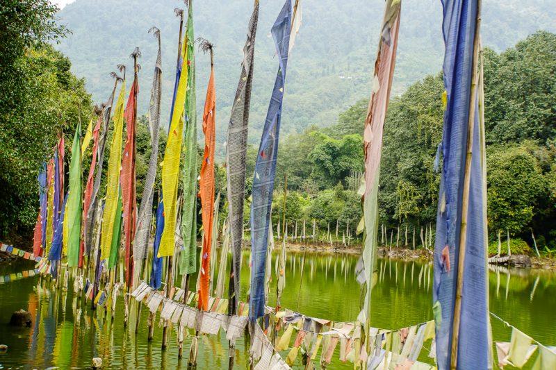 Gebedsvlaggen nabij Norbugang Coronation Throne in Yuksom in Sikkim,