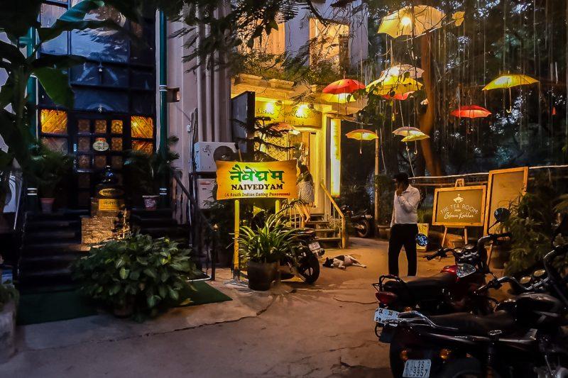 Gezellige straatje en hippe bars in Hauz Khas in Delhi, India