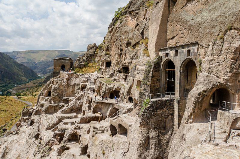 Grotwoningen en kerk in de grotten van Vardzia in Georgië