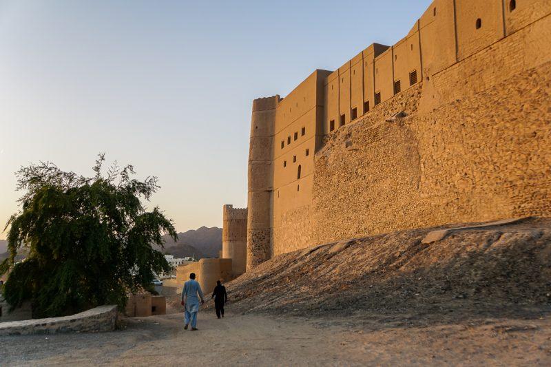 Inwoners bij de muur van het fort in Bahla in Oman