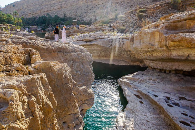 Jongens bij Wadi Bani Khalid in Oman