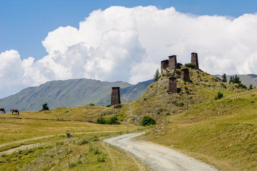 Keselo wachttorens op berg in Tusheti, Georgië