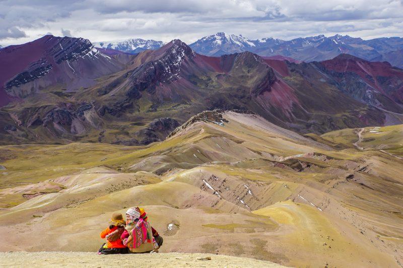 Kinderen op Rainbow Mountain Apu Vinicunca nabij Cuzco in Peru
