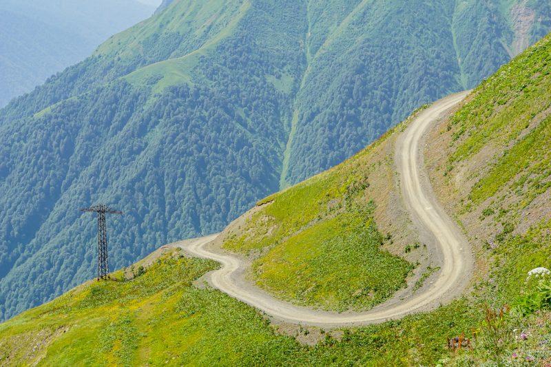 Kronkelende weg naar Tusheti in Georgië