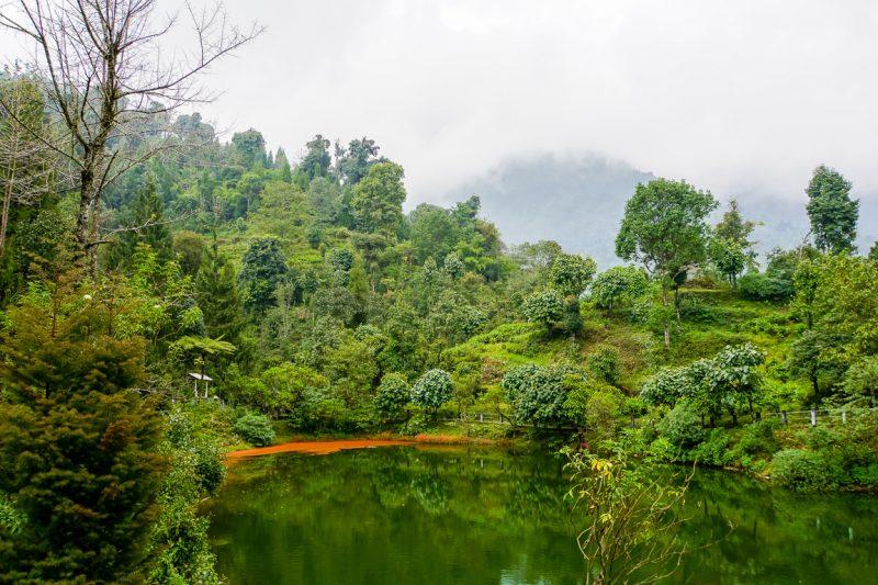 Meer tijdens de wandeling van Yuksom naar Tashiding in Sikkim, India