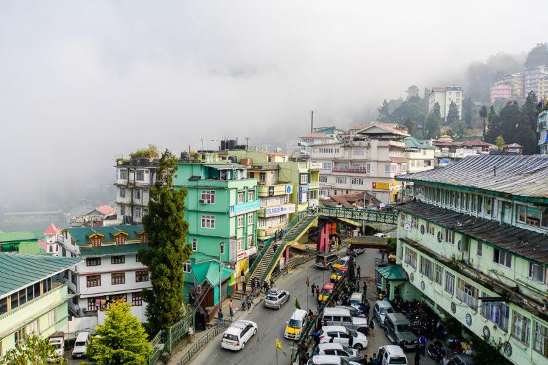 Mist boven Gangtok in Sikkim, India