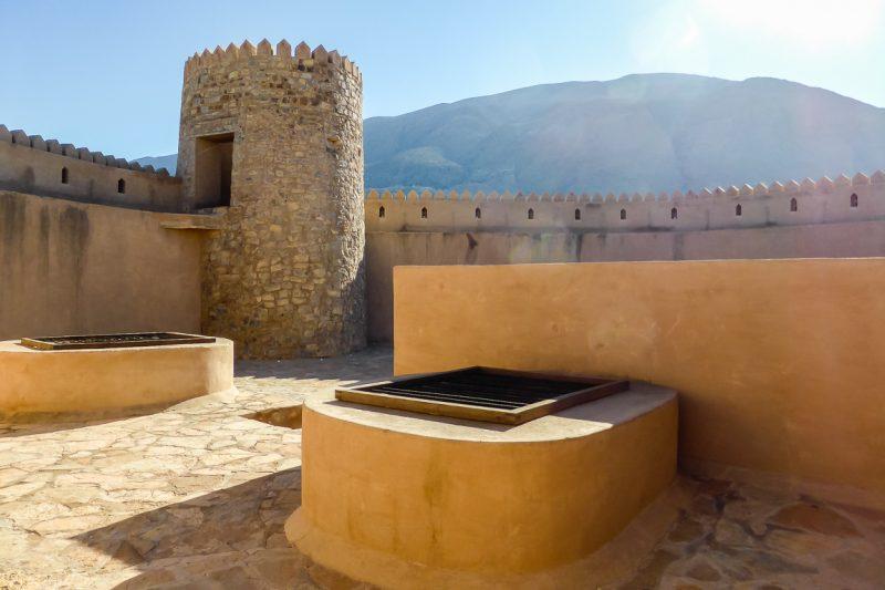 Op het dak van het fort van Rustaq in Oman
