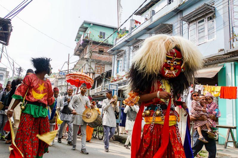 Optocht tijdens Durga Puja in de straten van Kalimpong, India