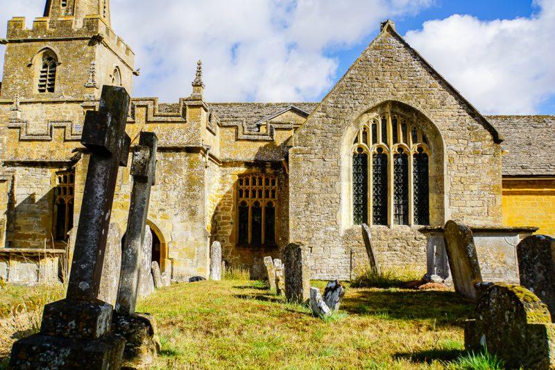 Oude graven en kerkje in Stanton in de Cotswolds