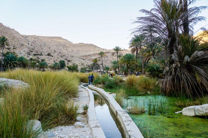 Over de falaj naar Wadi Bani Khalid in Oman