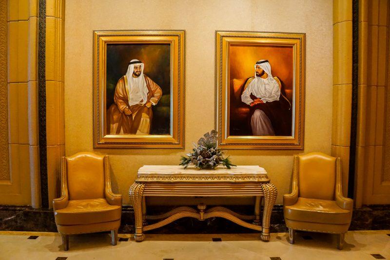 Portretten van de sjeiks in het Emirates Palace Hote in Abu Dhabi, VAE